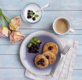 Pannkakor för ostmassaost, ostkakor för frukost med bär och gräddfil Arkivfoton