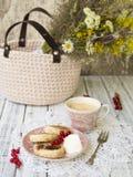 Pannkakor för sommarställeost på tappningplattan på en trätabell med kaffe, gräddfil och bär royaltyfri bild
