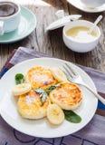 Pannkakor från keso med bananen som kondenseras mjölkar, och Arkivfoto