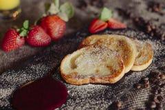 Pannkakor från keso, pudrat socker och den nya mintkaramellen, grånar träbakgrund, frukost Fotografering för Bildbyråer