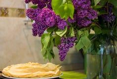 Pannkakor frukosterar sunt näringmjöl mjölkar lilan royaltyfria bilder
