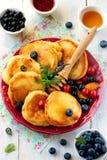 Pannkakor med bär, frukt och honung Royaltyfri Foto