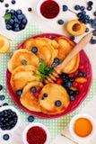 Pannkakor med bär, frukt och honung Royaltyfria Bilder