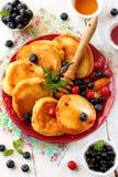 Pannkakor med bär, frukt och honung Arkivbilder
