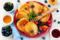 Pannkakor med bäret och honung Fettisdag Royaltyfria Foton