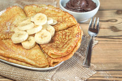 Pannkakor med bananer och chokladdeg Royaltyfri Bild