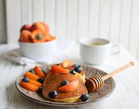 Pannkakor med blåbär och aprikoscloseupen royaltyfri bild