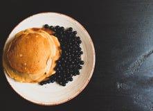 Pannkakor med blåbäret Arkivfoton