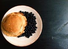 Pannkakor med blåbäret Arkivbilder