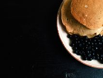 Pannkakor med blåbäret Royaltyfria Bilder