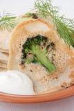 Pannkakor med broccoli, dill och gräddfil Arkivbild