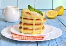 Pannkakor med citronsås Royaltyfria Bilder