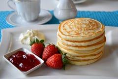 Pannkakor med den nya jordgubben Royaltyfri Bild