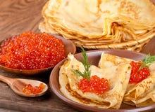 Röd kaviar på träware arkivbilder