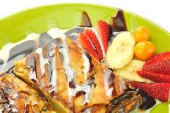 Pannkakor med frukter, jordgubben och choklad Royaltyfria Bilder
