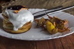 Pannkakor med gräddfil, bakade grönsaker och potatisar Royaltyfri Bild