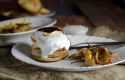 Pannkakor med gräddfil, bakade grönsaker och potatisar Royaltyfria Bilder