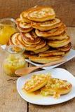 Pannkakor med honung Arkivfoto