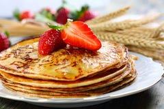 Pannkakor med honung. Royaltyfri Bild