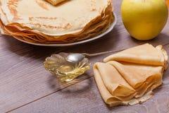 Pannkakor med honung Royaltyfria Foton