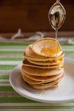 Pannkakor med honung för frukost Royaltyfria Bilder