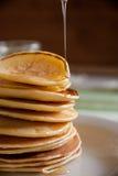 Pannkakor med honung för frukost Arkivbild