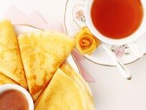 Pannkakor med honung och tea Royaltyfria Foton