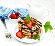 Pannkakor med jordgubbar Fotografering för Bildbyråer