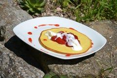 Pannkakor med jordgubbar och piskad kräm Royaltyfri Bild