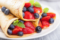 Pannkakor med jordgubbeblåbäret Arkivbild