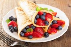 Pannkakor med jordgubbeblåbäret Royaltyfri Fotografi