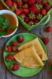 Pannkakor med jordgubben royaltyfri foto