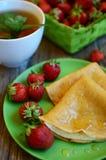 Pannkakor med jordgubben royaltyfria bilder