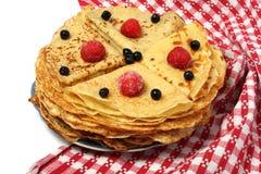 Pannkakor med jordgubben och blåbäret för fettisdagen Arkivfoton