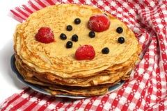 Pannkakor med jordgubben och blåbäret för fettisdagen Royaltyfri Foto