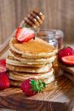 Pannkakor med jordgubben och honung Arkivfoton
