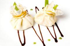 Pannkakor med k?tt p? en svart bakgrund, en restaurangmeny, en h?rlig presentation royaltyfri fotografi