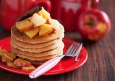 Pannkakor med kanelbruna och caramelized äpplen Royaltyfri Fotografi