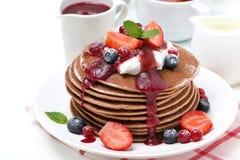 Pannkakor med kräm och bär för frukost arkivfoton