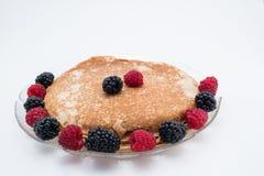Pannkakor med lösa frukter Arkivfoto