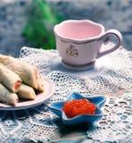 Röd kaviar och pannkakor med laxen arkivfoton