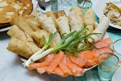 Pannkakor med laxskivor och salladslöken (rysk kokkonst dis Royaltyfri Bild