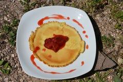 Pannkakor med nya jordgubbar på den vita plattan Royaltyfri Foto
