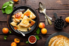 Pannkakor med nytt svart vinbär- och aprikosdriftstopp Royaltyfria Foton