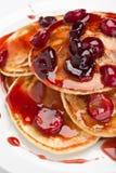 Pannkakor med sås för söt körsbär Royaltyfri Bild