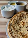 Pannkakor med slut för vit ost för lokal bihonung och för svart kaffe Arkivbilder