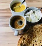Pannkakor med slut för vit ost för lokal bihonung och för svart kaffe Royaltyfria Foton