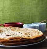 Pannkakor med slut för vit ost för lokal bihonung och för svart kaffe Royaltyfri Fotografi