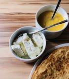 Pannkakor med slut för vit ost för lokal bihonung och för svart kaffe Arkivfoto