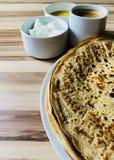 Pannkakor med slut för vit ost för lokal bihonung och för svart kaffe Arkivbild
